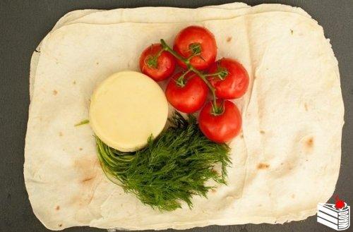 Лаваш с сыром и помидорами на гриле.