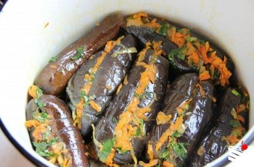 Квашеные баклажаны с морковью.