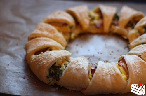 Пирог-венок с беконом, яйцами и сыром.
