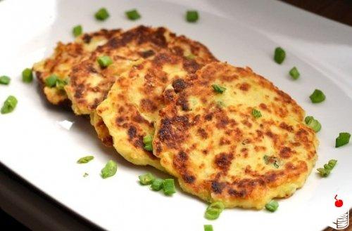 Картофельные оладьи с зеленым луком.