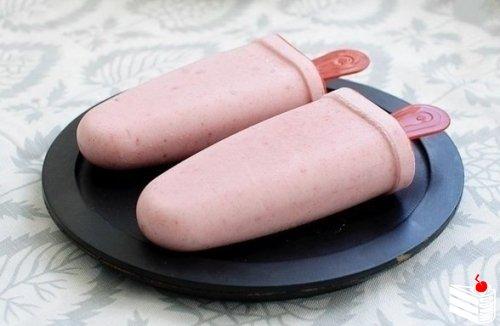 Домашнее бананово-клубничное мороженое.