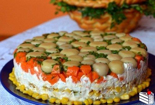 Торт-салат с курицей и грибами.