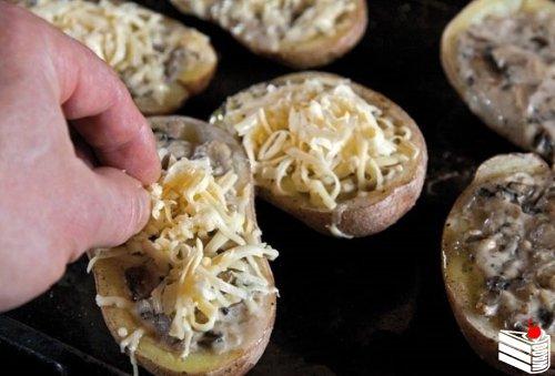 Запеченный с грибами картофель.