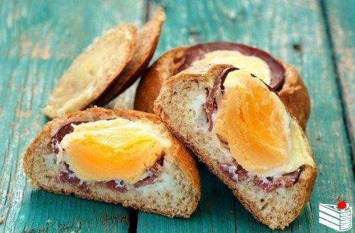 Запеченные бутерброды с яйцом и ветчиной.