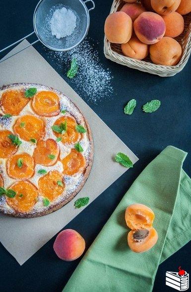 Пирог из полу-песочного теста с творогом и абрикосами.