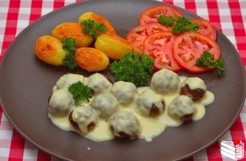 Мясные шарики из говяжьего фарша под сливочным соусом.