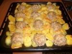 Мясные ежики с картошкой под сыром.
