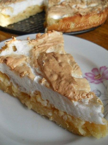 Яблочный пирог с мягким безе.