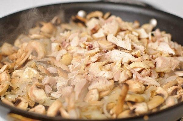 Жульен с курицей и грибами на сливках